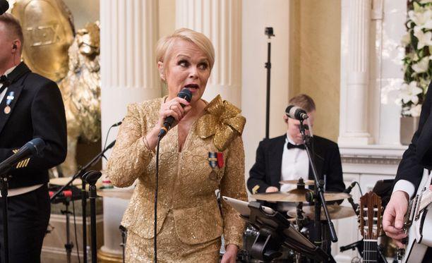 Katri Helena tulkitsee konsertissa joululauluja. Hän sai kunnian esiintyä myös tämän vuoden presidentin itsenäisyyspäivän juhlavastaanotolla.