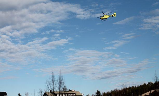 Helikopteri haravoi onnettomuuspaikkaa Jämijärvellä.