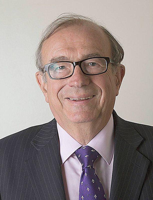 Lordi John Sewel erosi skandaalinkäryisten valokuvien vuoksi.
