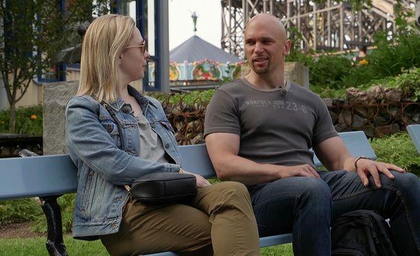 Mari ja Petri kieppuvat Linnanmäellä.