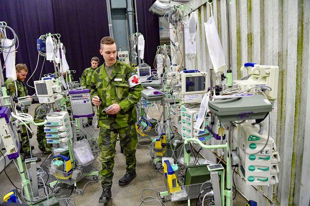 Ruotsin puolustusvoimien joukkoja rakentamassa koronapotilaiden kenttäsairaalaa Tukholmassa. Sairaala ei ilmeisesti ole tällä hetkellä käytössä. Kuva maaliskuulta.