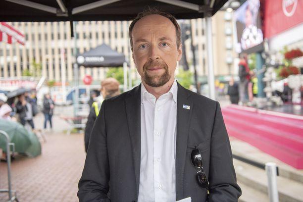 """Jussi Halla-aho kertoo, ettei hän tiedä kohutun kesäleirin sisällöstä tai organisaattoreista. """"Asia selvitetään siltä osin, kuin se koskee perussuomalaisia""""."""