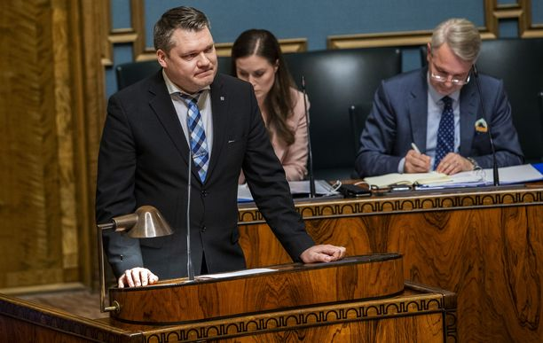 Kansanedustaja Mikko Savola (kesk) eduskunnassa.