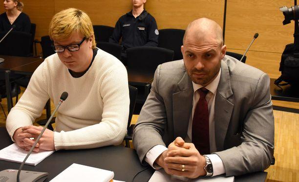Jonne Kantola (vas.) on syytteessä törkeästä pahoinpitelystä.