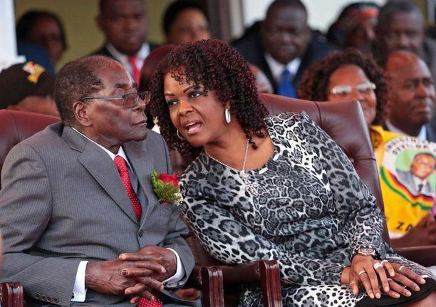 Grace Mugabe, 52, miehensä Robert Mugaben, 93, rinnalla.