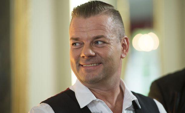 """Kesäteatterimusikaalin käsikirjoittaja kuvaa Jari Sillanpäätä """"kaikkien aikojen tangokuninkaaksi"""", vilpittömän suoraksi ja avoimeksi ihmiseksi."""