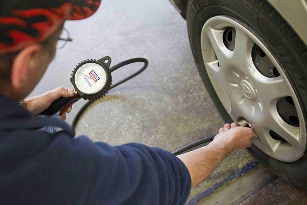 Rengaspaineet on syytä tarkistaa renkaiden vaihdon jälkeen, vaikka renkaat olisi vaihdettu rengasliikkeessä.