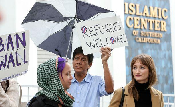 Mielenosoittajat protestoivat Trumpin asettamaa maahantulokieltoa Los Angelesissa perjantaina.