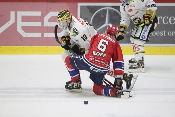 HIFK:n Joonas Lyytinen ja Kärppien Cody Kunyk kamppailivat Nordiksella.
