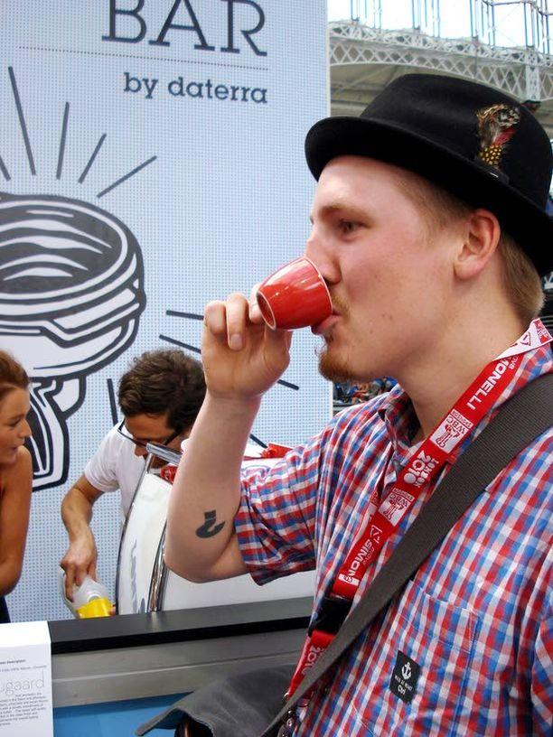 Barista Lauri Pipinen nauttii kahvin mausta.