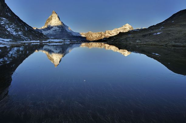 Sinisyyttä Sveitsissä: Matterhornin huippu heijastuu Riffelsee-järveen.