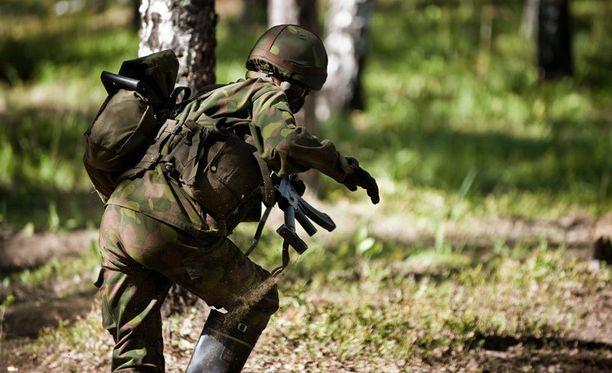 Oikeuden mukaan kersantit eivät laiminlyöneet auttamisvelvollisuutta. Kuvan sotilas ei liity tapaukseen.