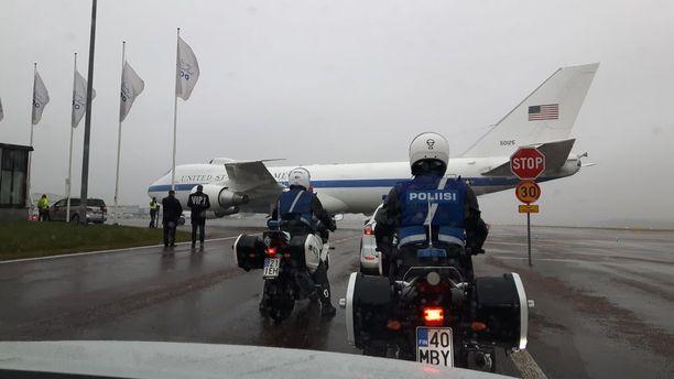 Puolustusministeri Mattisin käyttämä E-4B Nightwatch Helsingin lentokentällä maanantaina.