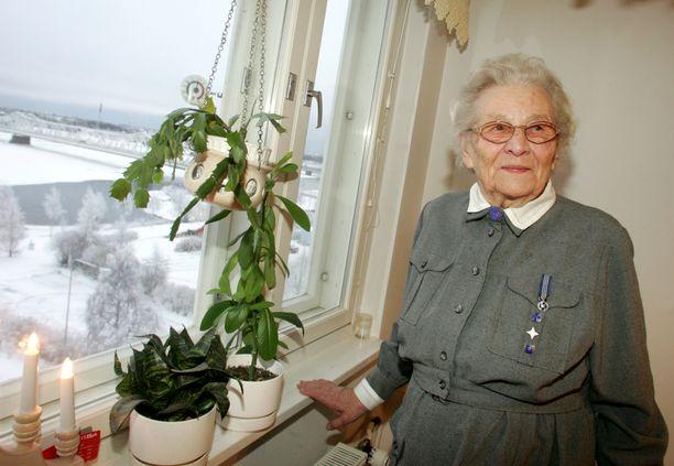 Saara Kanerva kuvattuna lottapuvussa kotonaan vuonna 2005.
