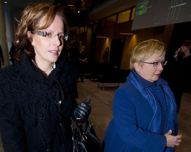 Susan Ruusunen ja Riitta Leppiniemi poistuivat oikeustalolta rankan päivän jälkeen perjantaina.