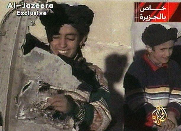 Hamza bin Laden (vas.) vuonna 2001 Afghanistanissa.