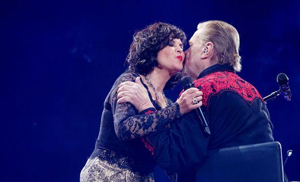 Vesa-Matti Loiri ja Paula Koivuniemi esittivät hienon dueton Lapin Kesästä.