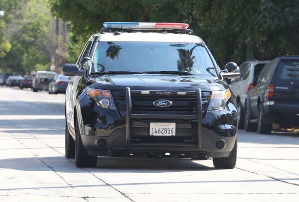 Poliisiauto varmisti muuttoauton sujuvan etenemisen.