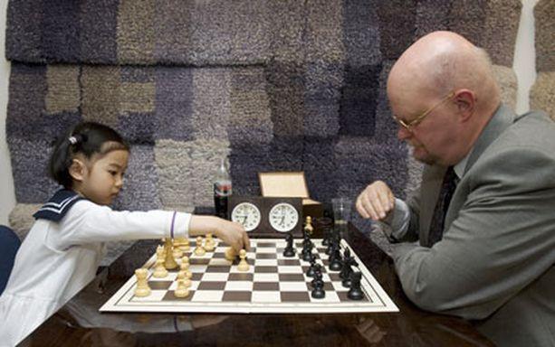 Vuonna 2006 silloin 6-vuotias Qiyu Zhou kävi eduskunnassa pelaamassa shakkia Osmo Soininvaaran kanssa. Tämän ottelun Zhou hävisi.