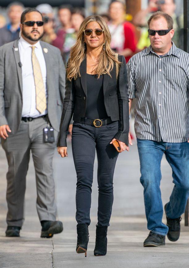 Matalalantioiset pillifarkut, korolliset nilkkurit ja tyköistuva bleiseri - tässä asussa Jennifer esiintyi tällä viikolla Jimmy Kimmelin ohjelmassa.
