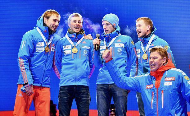 Kommentaattori toi Venäjän joukkueelle mikrofonin, jotta nämä saivat laulettua oikean kansallishymnin.