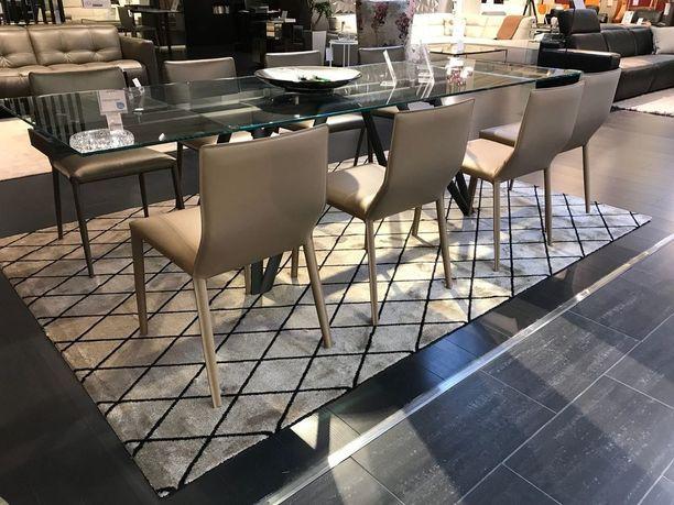 Kuviolliset matot ovat yksi kevään sisustustrendeistä. Salmiakki-matto on moderni versio tutusta pohjalaiskuviosta.