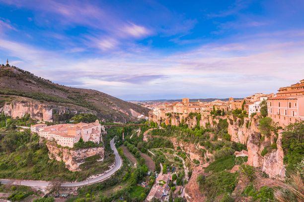 Cuenca on tunnettu riippuvista taloistaan, jotka on rakennettu jokiuoman laidalle.