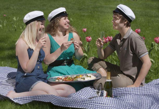 Tänä viikonloppuna uudet ylioppilaat voivat nauttia helteestä ja pitää jatkot vaikka piknikillä kuten tekivät kevään 2010 valkolakit Sofia, Anna ja Klaus Turussa.