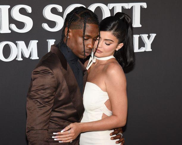 Kylie Jenner ja Travis Scott ovat olleet yhdessä vuodesta 2017. Pariskunnalla on yksi yhteinen lapsi.