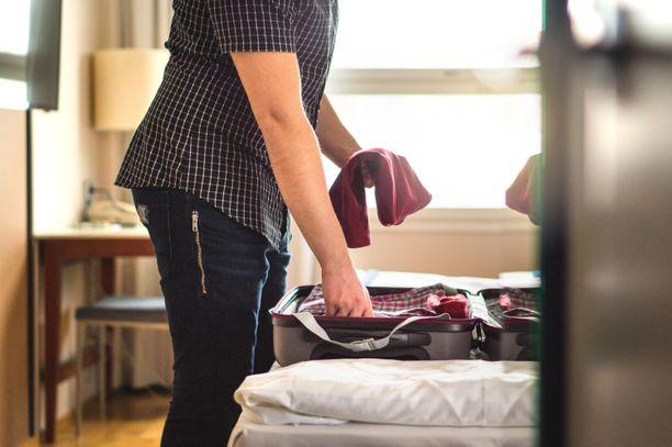 Kaikki hotellivieraat eivät tyydy pakkaamaan laukkuunsa vain omia vaatteitaan.