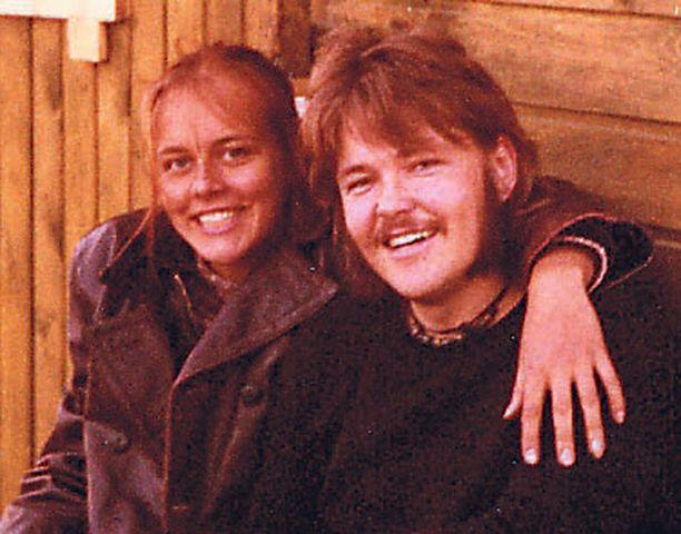 Lukiolaisena aloin seurustella oman kylän pojan Jokke Seppälän kanssa. Hän soitti Dannyn bändissä. Muutin Joken, hänen muu-sikkoveljensä Jaken ja Seija Paakkolan kanssa samaan kämppään, kun pääsin Helsinkiin. Oli se hienoa — päästä heti tutustumaan kaikkiin!