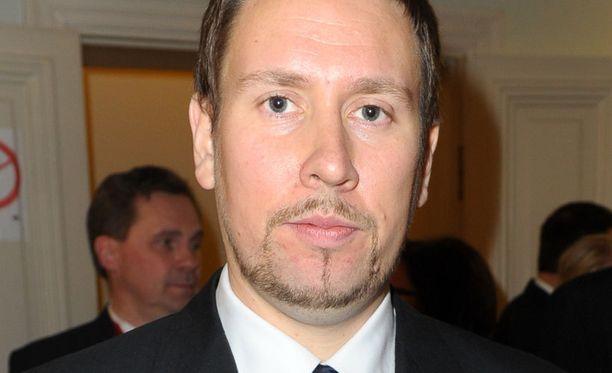 Paavo Arhinmäki pääsi Linnaan sairauslomasta huolimatta.