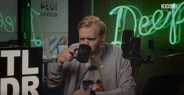 Kioskin juontaja esittää videolla juovansa kahvikupista myrkkyä. Yle pitää julkaisua perusteltuna.