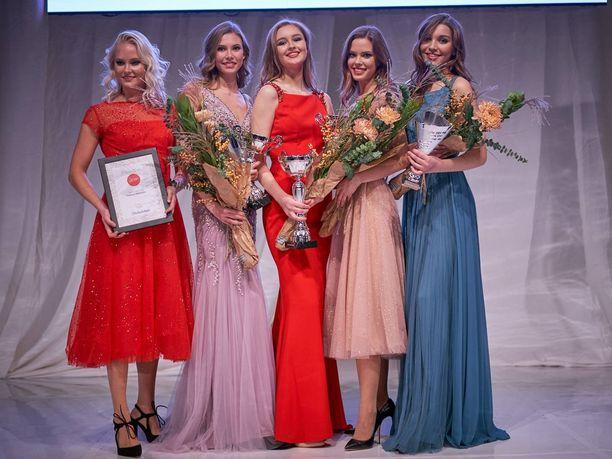 Vuoden 2019 Miss Turku Maria Pakkonen (keskellä) sai voiton jälkeen ympärilleen yleisön suosikin Melissa Welanderin, ensimmäisen perintöprinsessan Olivia Hovin, toisen perintöprinsessan Mari-Ella Lahtisen ja Model Face -voittaja Eveliina Vahterin.