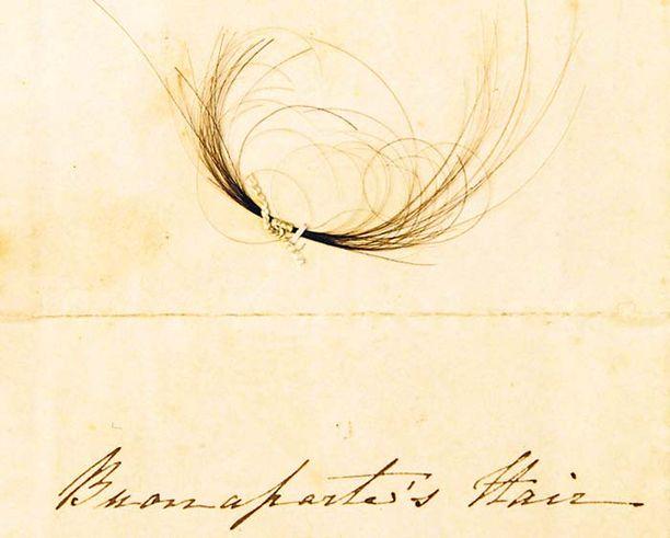 Australiassa järjestettävän historiallisen näyttelyn ehdoton vetonaula on tämä Napoleon Bonaparten hiustukko, joka leikattiin ex-keisarin päästä hänen kuolinvuoteellaan.