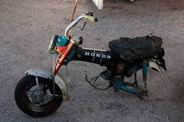 Artun moottoripyöräaihiossa ei itse asiassa ole ollut etupyöräkään. Sen Arttu lisäsi itse sen takia, että pyörää on helpompi liikutella autotallissa.