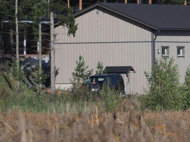 Paraisilla sijaitsevan Airiston Helmi Oy:n kiinteistön alueella oli useita poliiseja lauantaina 22. syyskuuta.