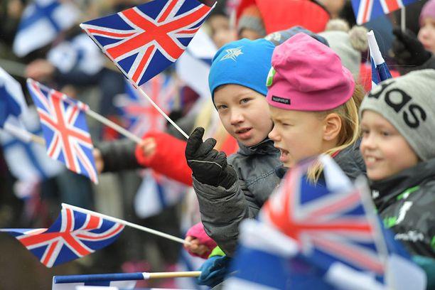 Lapset odottivat prinssiä ja heiluttivat Suomen ja Iso-Britannian lippuja.