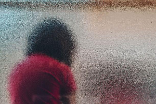 Uhriksi joutunut tyttö alkoi oirehtia vakavasti ja joutui lopulta tahdonvastaiseen hoitoon itsemurhayritysten vuoksi.