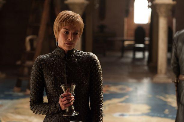Game of Thronesin vaatesuunnittelija Michele Clapton on kertonut julkisuudessa Cersei Lannisterin kertovan ajatuksiaan myös vaatteiden välityksellä. Menetettyään lapsensa Lannisterin tyyli muuttui entistäkin kovemmaksi.