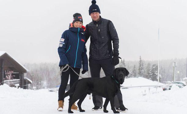 Kaikki on ihan hyvin. Päivääkään en vaihtaisi pois elämästäni, sanoo Riitta-Liisa Roponen vierellään aviomies Toni Roponen ja perheen koira Ibra.