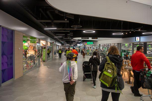 Suomalaisten tulisi noudattaa suosituksia ja pysytellä mahdollisuuksien mukaan kotosalla. Kuva kauppakeskuksen avajaispäivältä menneeltä viikolta.
