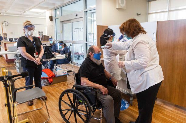 Lähes 2,8 miljoonaa yhdysvaltalaista on saanut koronarokotteen ensimmäisen annoksen. Kuvassa ilmavoimien veteraani saapumassa rokotettavaksi joulukuun lopussa Massachusettsissa.