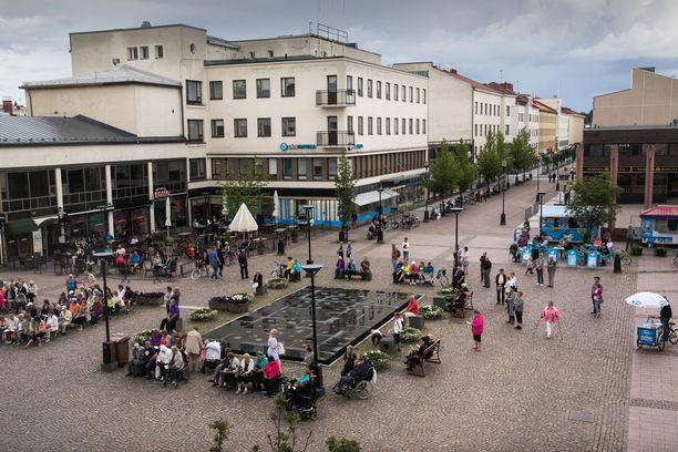 Osapuolet tapasivat yökerhon edessä. Kuvassa on Kauppakatu, jolla sijaitsee suurin osa Kajaanin yötä myöten auki olevista ravintoloista.