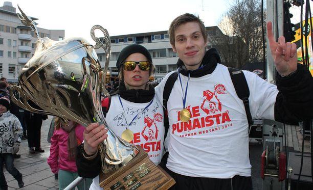"""Jyrki Holopainen ja Tuukka Kiviranta ottivat """"Pojan"""" hoiviinsa."""