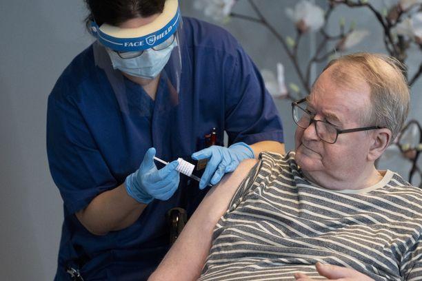 Oslolainen Svein Andersen, 67, sai koronavirusrokotuksen ensimmäisenä Norjassa.
