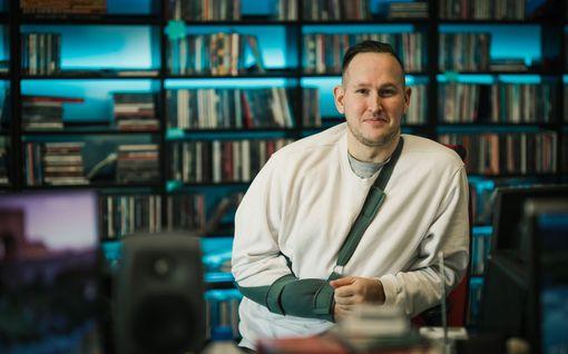Hitmix kaappasi Radio Novan tähtijuontaja Oku Luukkaisen