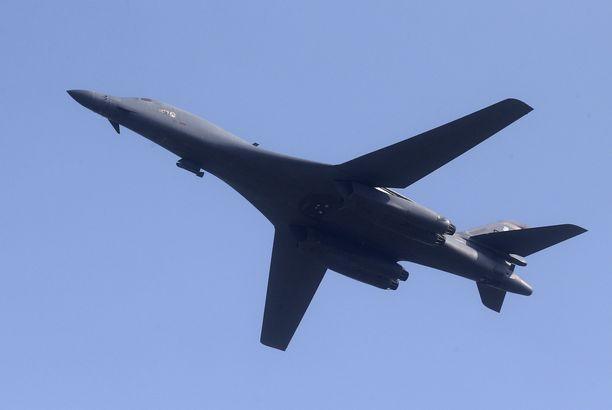 USA:n B-1B Lancer -pommikone kuvattuna Etelä-Koreassa vuonna 2016.