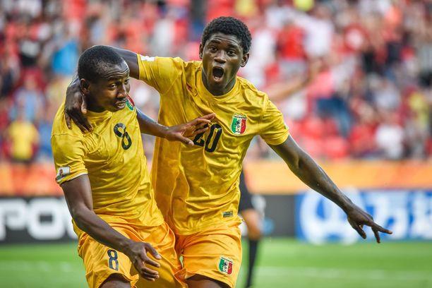Mohamed Camara (vas.) ja Sekou Koita juhlivat maalia Malin maajoukkueen paidassa.