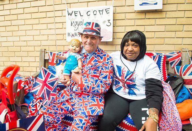 Rojalistit toivottavat julisteella ja vauvanukella uuden kuninkaallisen perheenjäsenen tervetulleeksi.